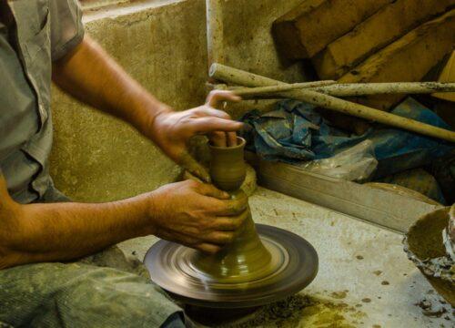 Διαμόρφωση πηλού σε ένα παραδοσιακό εργαστήριο